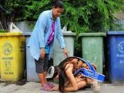 Bạn trẻ - Cuộc sống - Dân mạng xúc động vì hoa hậu quỳ gối cảm ơn mẹ nhặt rác