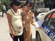 Tin tức trong ngày - CSGT dùng xe ô tô chuyên dụng đưa bà bầu đi đẻ