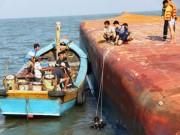 Tin tức trong ngày - Toàn cảnh ngày đầu cứu hộ tàu hàng chìm ở Cần Giờ