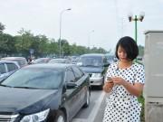 """Tin tức trong ngày - Theo chân """"bóng hồng xa lộ"""" chỉ điểm giao thông ở HN"""