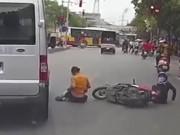 Tai nạn giao thông - Video: Qua đường bất cẩn, hai mẹ con thoát chết trong gang tấc