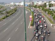 Tin tức trong ngày - Nghịch cảnh: Làn xe máy chen nhau, làn ô tô trống trải