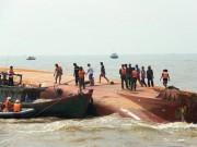 Vụ lật tàu: Tiếp tục tìm kiếm 2 thuyền viên mất tích
