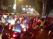 Tin tức trong ngày - Người Sài Gòn đội mưa lớn, lội nước ngập giờ tan tầm