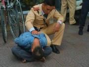 An ninh Xã hội - Khống chế kẻ vung điếu cày dọa đánh người dân, cảnh sát