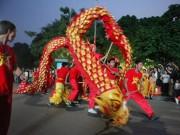 Tin tức trong ngày - Nghìn người chạy theo đoàn múa lân sư rồng quanh Hồ Gươm