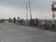 """Tin tức Việt Nam - Nhân viên """"quên"""" đóng gác chắn, ô tô bị tàu hỏa tông nát"""