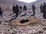 Taliban ném đá đến chết cô gái trẻ ngoại tình