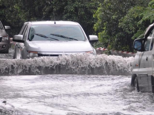 Ảnh: Sóng nước dữ dội trên phố Sài Gòn sau mưa