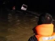Tin tức trong ngày - Xe khách chở 9 người bị nước cuốn, 1 người mất tích
