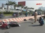 Video An ninh - Chạy xe máy vào làn ô tô, 2 nữ sinh bị xe bồn cán chết