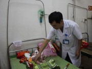 Sức khỏe đời sống - Bé sơ sinh nhiễm trùng uốn ván vì gia đình tắm bằng... nước suối