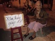 Tin tức trong ngày - Cám cảnh mẹ 86 tuổi ra đường xin quan tài cho con