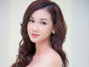 Quỳnh Chi lộ vẻ mệt mỏi dù trang điểm kỹ lưỡng