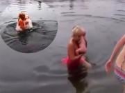 Bạn trẻ - Cuộc sống - Bế con 3 tháng tuổi tắm hồ nước lạnh để luyện sức khỏe