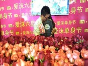Bạn trẻ - Cuộc sống - Để thoát kiếp F.A, chàng trai chuẩn bị 1111 bông hoa tỏ tình