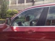 Bạn trẻ - Cuộc sống - Dân mạng phẫn nộ khi bố cho bé trai 2 tuổi lái ô tô BMW