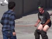 """Video clip: Thanh niên  """" chơi ngu """"  nơi công cộng"""
