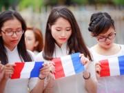 Bạn trẻ - Cuộc sống - Sinh viên Thủ đô chụp ảnh kỷ yếu cầu nguyện cho Paris