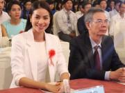 Bạn trẻ - Cuộc sống - HH Phạm Hương tặng 3.000 cuốn sách khởi nghiệp cho SV