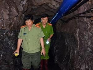 Tin tức trong ngày - Xuyên hầm lò 700m tìm 2 công nhân mắc kẹt