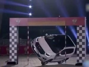 """Video clip chuyện lạ - Clip """"thót tim"""" với màn biểu diễn lái ô tô bằng 2 bánh"""