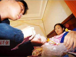 Bạn trẻ - Cuộc sống - Cảm động chồng truyền máu cho vợ suốt 4 năm