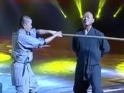 Thể thao - Cao thủ Thiếu Lâm dùng yết hầu phá nát gậy gỗ