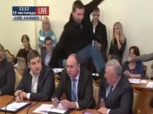 """Clip nghị sĩ Ukraine đá vào mặt  """" sếp """"  an ninh trên TV"""