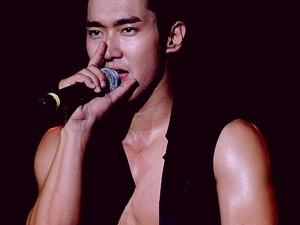 """5 khoảnh khắc """"khó đỡ"""" của thiếu gia giàu nhất K-Pop"""