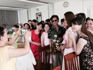 Ca nhạc - MTV - Chế Linh bối rối bị fan nữ vây kín ở Quảng Ngãi