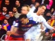 Bóng đá - Ronaldo đánh cùi chỏ Alves