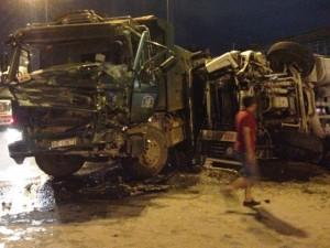 Tin tức trong ngày - TP.HCM: Xe bồn nổ bánh trên xa lộ, hai tài xế nhập viện