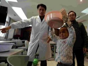 Bạn trẻ - Cuộc sống - Bé trai 5 tuổi được ghép tay giả có thể cử động