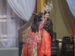 Trường Giang liên tục ôm hôn Kim Tuyến trên sân khấu