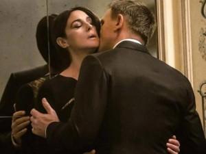 """Phim - Ấn Độ cắt hết cảnh nóng trong  """"Điệp viên 007"""""""