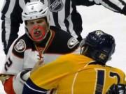 Thể thao - Đấm đối thủ rơi răng trong trận đấu khúc côn cầu