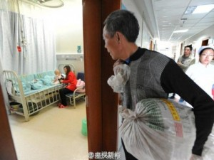 Bạn trẻ - Cuộc sống - Ông nội cõng 100 cân thảo dược bán lấy tiền cứu cháu gái