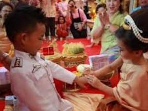 Bạn trẻ - Cuộc sống - Anh em song sinh 3 tuổi cưới nhau để... giải xui