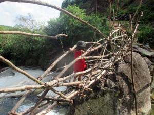 """Tin tức trong ngày - Ảnh: Vượt suối qua cây cầu """"chỉ nhìn đã nổi da gà"""""""