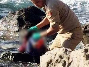 Đau thương bé gái Syria di cư chết đuối kẹt trong đá