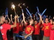 Bóng đá - U21 HAGL chiến thắng, fan nữ đốt pháo sáng ăn mừng