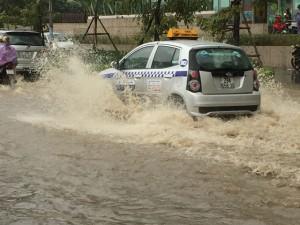 Tin tức trong ngày - Hà Nội đón mùa đông bằng cơn mưa ngập đường phố