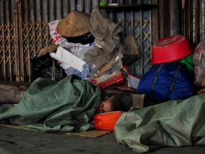 Tin tức trong ngày - HN: Người vô gia cư chui bao tải ngủ vỉa hè trong đêm rét