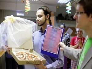 Bạn trẻ - Cuộc sống - Chán độc thân, chàng trai cưới pizza về làm vợ