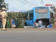 Video An ninh - Vượt container, xe khách tông 3 người thương vong