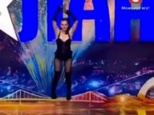 """Nín thở xem  """" Tiểu Long Nữ """"  thời hiện đại nhảy múa trên dây"""