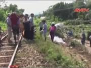 Video An ninh - Qua đường sắt lên chùa, thanh niên bị tàu hỏa cán chết