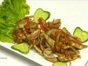 Ẩm thực - Tai heo xào sả ớt thơm lừng gian bếp
