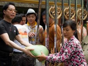 Người dân vây kín nhà Ngọc Sơn để nhận gạo từ thiện